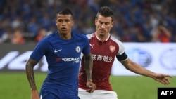 Kenedy de Chelsea, à gauche, en duel avec Laurent Koscielny d'Arsenal lors de leur match d'avant-saison, Chine, le 22 juillet 2017.