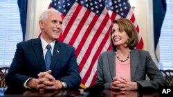La líder de la minoría demócrata en la Cámara de Representantes, Nancy Pelosi discutió con Mike Pence sobre infraestructura y el cuidado de niños.