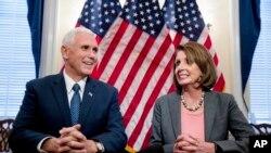 Novoizabrani potpredsednik SAD Majk Pens i lider senatske manjine Nensi Pelosi