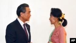 缅甸新任外交部长昂山素季在内比都会晤到访的中国外长王毅 (2016年4月5日)