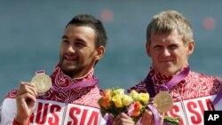 Yury Postrigay (der) y Alexander Dyachenko (izq) ganaron los 200 metros en dobles de varones en kayak en las Olimpiadas de Londres en 2012. Dyachenko fue prohibido de competir en Río por dopaje.