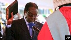 津巴布韋總統穆加貝在8月22日星期四手持聖經宣誓就職。