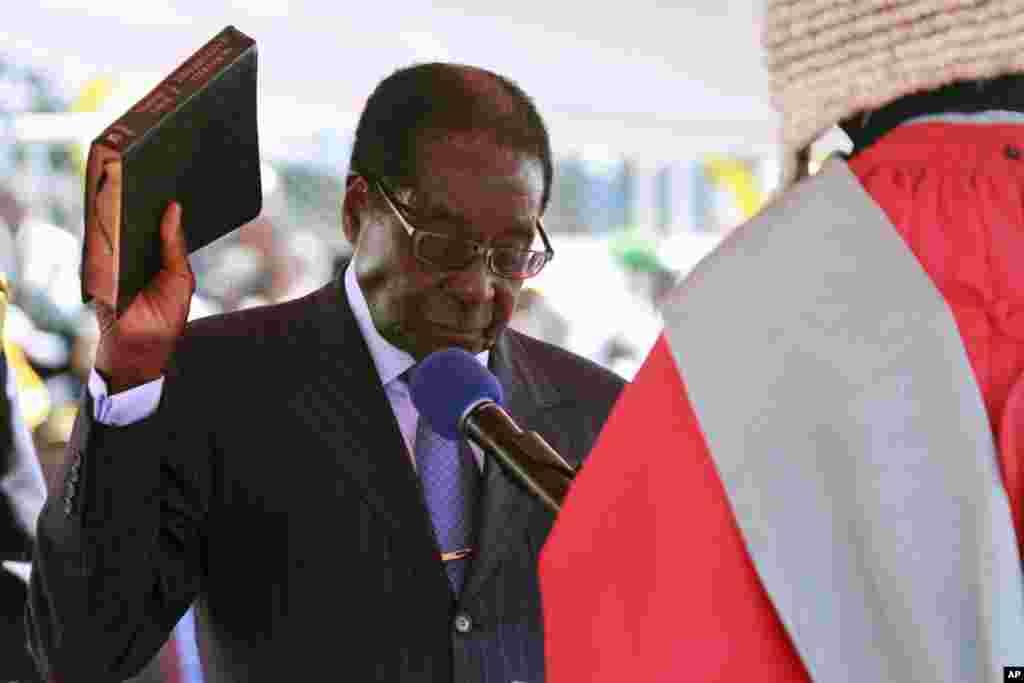Zimbabve prezidenti Robert Muqabe Hararedə andiçmə mərasimində əlində İncil tutub. 22 avqust, 2013