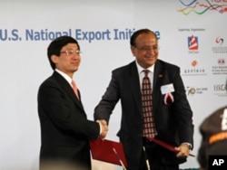 香港贸发局总裁林天福(左)与美国商务部助理部长库马尔签署协议