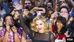Antes de Madonna otros artistas que se han presentado en el espectáculo de medio tiempo son Prince, U2, los Rolling Stones, Paul McCartney, The Who y Janet Jackson.
