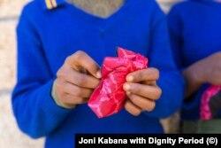 Seorang gadis muda membuka produk Mariam Seba di Ethiopia. (Foto: Istimewa/Joni Kabana dengan Masa Martabat)