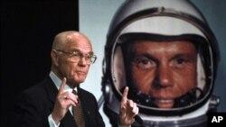 John Glenn durante a conferência de imprensa dada para anunciar o regresso do astronauta a uma missão no Espaço, quando este tinha 77 anos de idade.