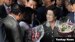 3박 4일간의 방북 일정을 마친 이희호 여사가 8일 오후 김포공항을 통해 귀국, 환영객들로 부터 꽃다발을 받고 있다.