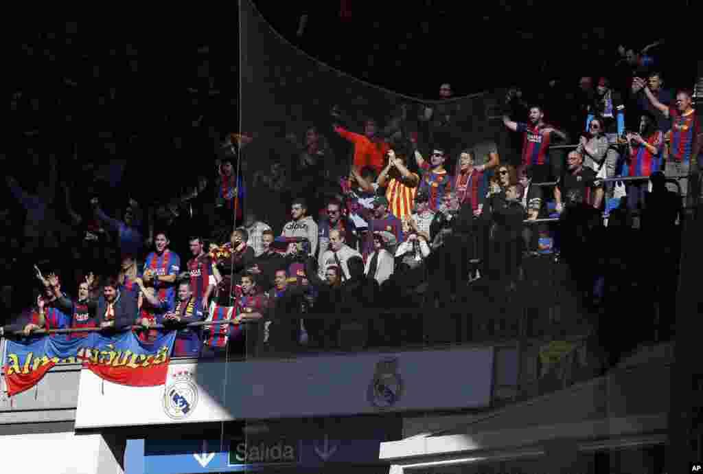 Les fans de Barcelone dans les tribunes lors du match de football de la Liga espagnole entre le Real Madrid et Barcelone au stade Santiago Bernabeu de Madrid, Espagne, le 23 décembre 2017.