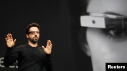 지난 6월 미국 구글사의 공동설립자인 세르게이 브린 최고경영자가 '구글 안경'을 소개하고 있다.