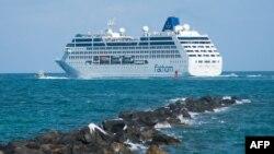 اسم این کشتی آدونیا ست که ۷۰۴ مسافر دارد و یکشنبه میامی ایالت فلوریدا را به مقصد هاوانا ترک کرد.