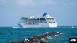 Kapal pesiar Adonia meninggalkan pantai Miami, Florida dalam pelayaran perdana ke Kuba (1/5). (AFP/Gaston De Cardenas)