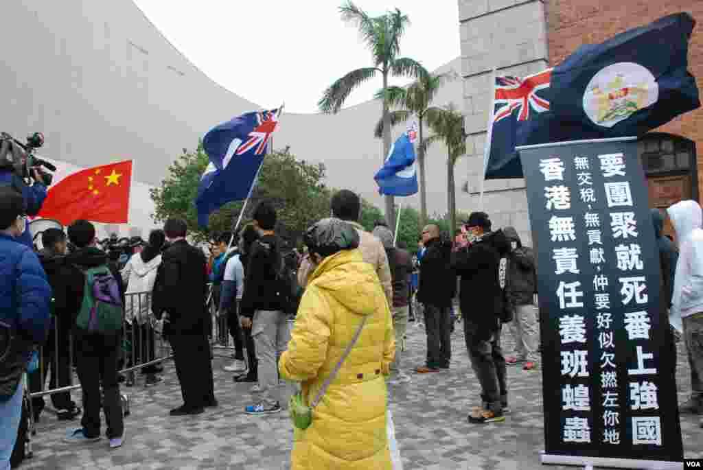 反對及歡迎大陸遊客的團體在尖沙咀鐘樓集會,互相對罵