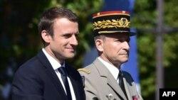 Президент Франции Эммануэль Макрон и отправленный им в отставку начальник генштаба Пьер де Вилье