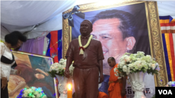 Statue of Kem Ley, a well-known analyst was installed in the Buddhist 100-day anniversary ceremony of the Kem Ley's murder that began on October 14, 2016. (Hul Reaksmey/VOA Khmer)