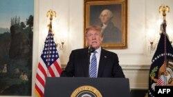 Le président américain Donald Trump parle de la fusillade en Floride, dans la salle de réception diplomatique de la Maison-Blanche à Washington, DC, le 15 février 2018.