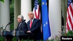 Tổng thống Mỹ Donald Trump và Chủ tịch Ủy hội Châu Âu Jean-Claude Juncker phát biểu về quan hệ thương mại trong Vườn Hồng tại Nhà Trắng, Washington, ngày 25 tháng 7, 2018.