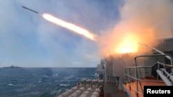 지난 2007년 일본해에서 실시된 러시아-인도 합동 군사훈련에 참가한 러시아 해군 함대에서 미사일이 발사되고 있다. (자료사진)