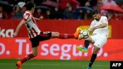 Le défenseur de l'Athletic Bilbao, Inigo Lekue, à gauche, en duel avec Nolito de Séville, le 3 mars 2018.