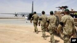 Anggota pasukan khusus ISAF mengantarkan peti jenazah tentara Australia yang terbunuh dalam operasi khusus kerjasama ISAF-Polisi Afghanistan menuju pesawat C-130 di bandara militer Tarin Kot, Uruzgan, Afghanistan, 28 Mei 2011 (Foto: dok). Australia menarik pasukan tempur terakhirnya dari Afghanistan, Senin (16/12).