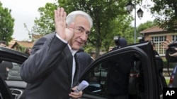 Mantan pemimpin IMF, Dominique Strauss-Kahn, melambaikan tangan saat meninggalkan TPS di Sarcelles, Perancis Utara (Foto: dok).