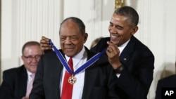 Presiden AS Barack Obama memberikan penghargaan Medal of Freedom kepada mantan atlet bisbol Willie Mays dalam upacara di Gedung Putih (24/11). (AP/Evan Vucci)