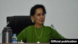 ارشیف: آنگ سان سو چي هم د نوبل جایزه گِلې ده