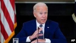 El presidente Joe Biden habla durante una reunión con líderes de derechos civiles asiáticoamericanos, nativos de Hawai e isleños del Pacífico, en el Comedor de Estado de la Casa Blanca, el 5 de agosto de 2021, en Washington DC.