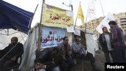 """反对埃及总统穆尔西的抗议者2012年12月17日在开罗解放广场一个命名为""""革命党""""的帐篷前休息"""