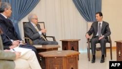 Presiden Suriah Bashar al-Assad (kanan) menerima utusan PBB-Liga Arab Lakhdar Brahimi di Damaskus hari Rabu (30/10).