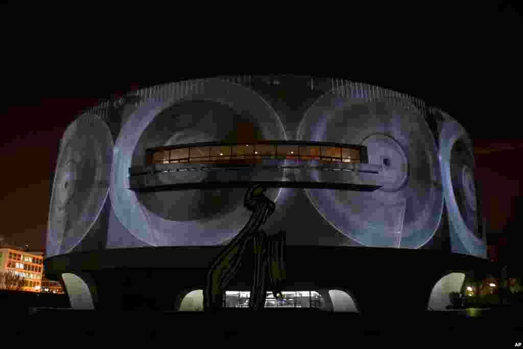 Sekiz hafta sürecek sergide, silindir şeklindeki binanın çevresine film oynatan 11 HD (yüksek çözünürlüklü) projektör yıerleştirildi. (Fotoğraf: Alparslan Esmer)