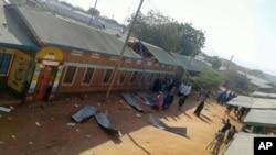 ຄົນພາກັນຫຸ້ມເບິ່ງບ່ອນຖືກໂຈມຕີ ໃນເມືອງ Mandera ປະເທດ Kenya ໃກ້ກັບຊາຍແດນ Somalia ທີ 25 ຕຸລາ 2016.