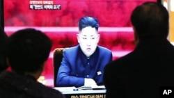 Warga menyaksikan televisi yang menayangkan pemimpin Korea Utara, Kim Jong-un di stasiun kereat di Seoul, Korea Selatan (Foto: dok). Korut mengeluarkan ancaman baru terhadap Korsel dan sekutunya terkait sanksi terbaru DK PBB.