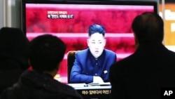 لوگ شمالی کوریا کے رہنما کم جونگ اُن کا ٹیلی ویژن پر خطاب دیکھ رہے ہیں۔