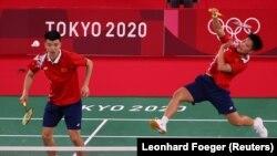 Huang Dongping dan Wang Yilyu dari China beraksi selama pertandingan melawan Mark Lamsfuss dan Isabel Herttrich dari Jerman, Tokyo, Jepang, 24 Juli 2021. (Foto: REUTERS/Leonhard Foeger)