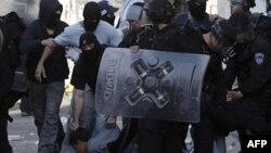 Cảnh sát Israel bắt một người Palestine trong các vụ xung đột ở Ðông Jerusalem, ngày 13 tháng 5, 2011