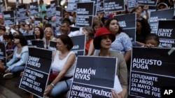Para demonstran anti-pemerintah memegang poster bertuliskan nama-nama orang yang terbunuh dalam unjuk rasa menentang Presiden Venezuela Nicolas Maduro di sebuah taman di Caracas, Venezuela, 30 Agustus 2017.