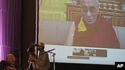 2011年10月8日南非图图大主教(左下角)在南非的开普敦附近与达赖喇嘛举行视频对话(资料图)