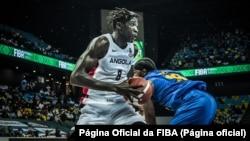 Jilson Bango, da selecção de Angola, no jogo contra o Ruanda, Afrobasket 2021, 26 de Agosto de 2021