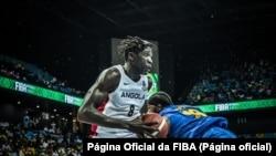 Jilson Bango, da selecção de Angola, no jogo contra o Rwanda, Afrobasket 2021, 26 de Agosto de 2021