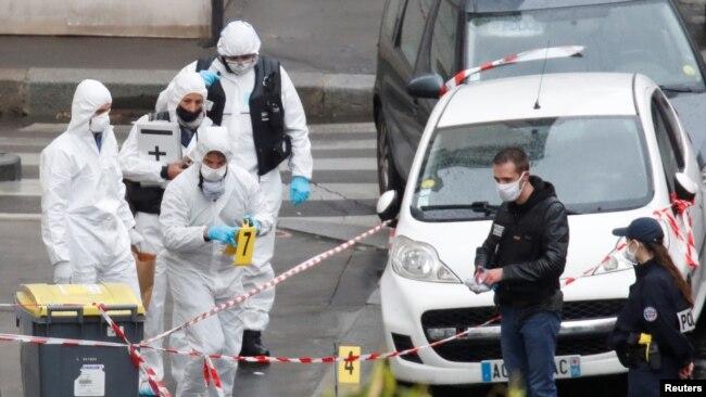 Các chuyên gia pháp y làm việc tại hiện trường, nơi hai nhà báo bị tấn công bằng dao gần tòa soạn cũ của tạp chí Pháp Charlie Hebdo ở Paris, ngày 25/9/2020. REUTERS/Gonzalo Fuentes