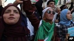 Manifestation dans les rues d'Alger contre le gouvernement, le mardi 29 octobre 2019. (Photo AP / Fateh Guidoum)