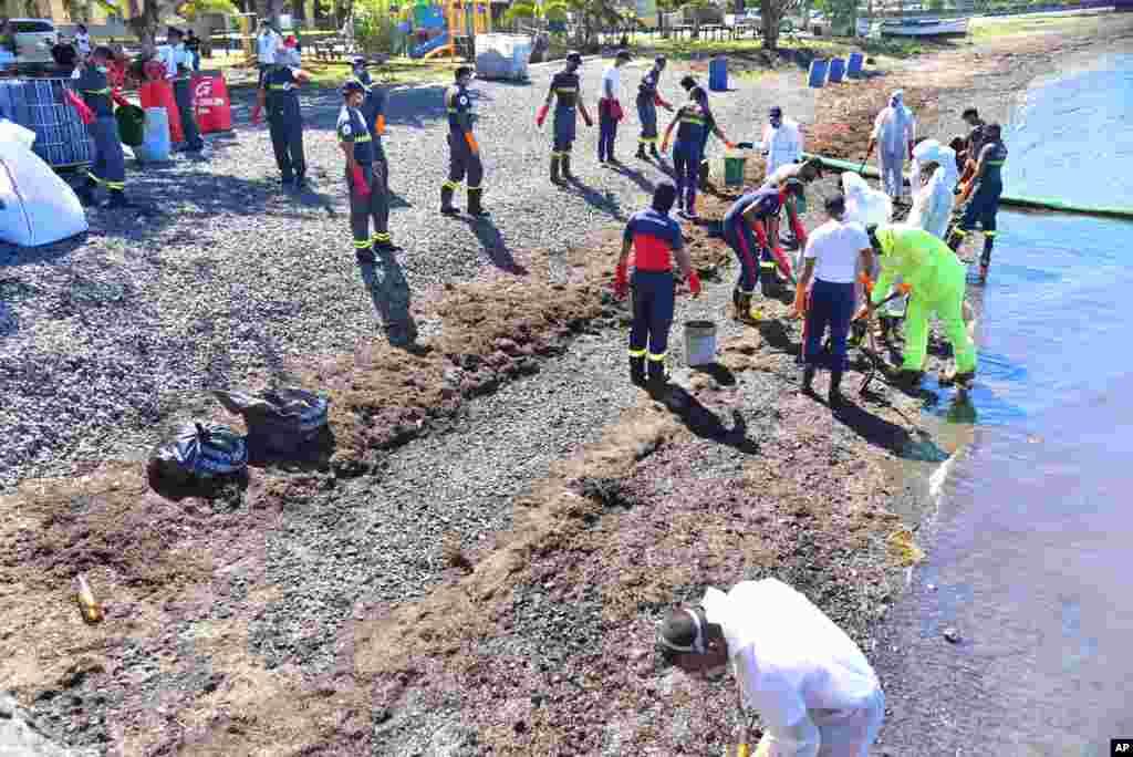 پولیس اور آگ بجھانے والا عملہ ساحل سے تیل کی صفائی کے کام میں مصروف ہے۔ تیل موریشیس کے جنوبی مشرقی ساحل پر دور دور تک پھیل گیا ہے۔