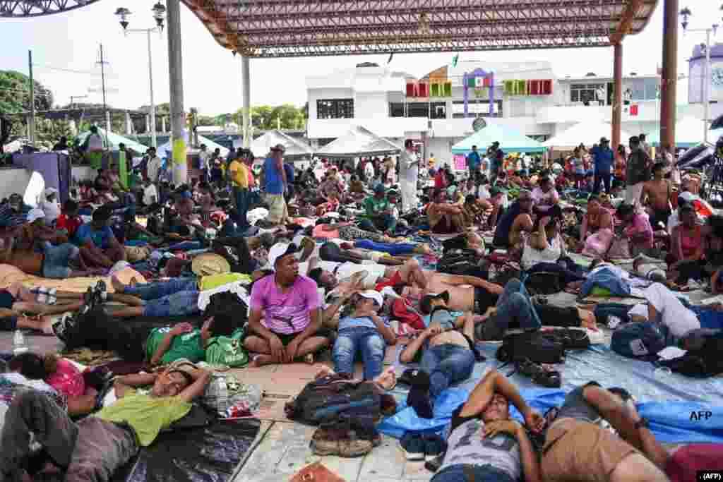 امریکہ کا رخ کرنے والے ہونڈوراس کے تارکین وطن میکسیکو کے شہر ماپس ٹیپک میں آرام کر رہے ہیں۔ کئی ہزار تارکین وطن امریکہ جانا چاہتے ہیں۔ امریکی صدر ڈونلڈ ٹرمپ نے جنوبی امریکہ کی حکومتوں سے کہا ہے کہ اپنے شہریوں کو روکیں ورنہ ان کی امداد بند کردی جائے گی۔