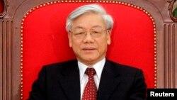 ທ່ານ Nguyen Phu Trong ເລຂາທິການໃຫຍ່ພັກຄອມມີວນິສ ແລະ ປະທານສະພາແຫ່ງຊາດຫວຽດນາມ ທີ່ທ່ານ Nguyen Dac Kien, ນັກຂ່າວຊາວຫວຽດນາມ ຕໍາໜິຢູ່ໃນເວັບໄຊຂອງລາວນັ້ນ.