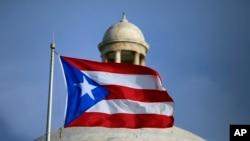 La bandera de Puerto Rico ondea frente al Capitolio de San Juan.