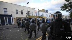 Cảnh sát Anh rượt đuổi các thanh niên bạo loạn tại Hackney, phía đông London, ngày 8/8/2011