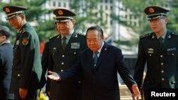 Hình tư liệu - Bộ trưởng Quốc phòng Trung Quốc Thường Vạn Toàn (thứ 2-bên trái) và người đồng cấp Thái Lan Prawit Wongsuwan tại Bangkok.