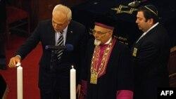 Người đứng đầu giáo sĩ Do Thái ở Thổ Nhĩ Kỳ Izak Haleva (giữa) và Thị trưởng thành phố Istanbul Huseyin Avni Mutlu (trái) dự lễ tưởng niệm nạn nhân Holocaust