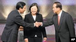 台湾总统参选人辩论前握手:马英九(左)蔡英文(中)和宋楚瑜